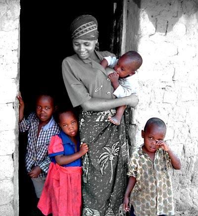 Junge Mutter mit vier eigenen Kindern in der Nähe von Singida/Tansania